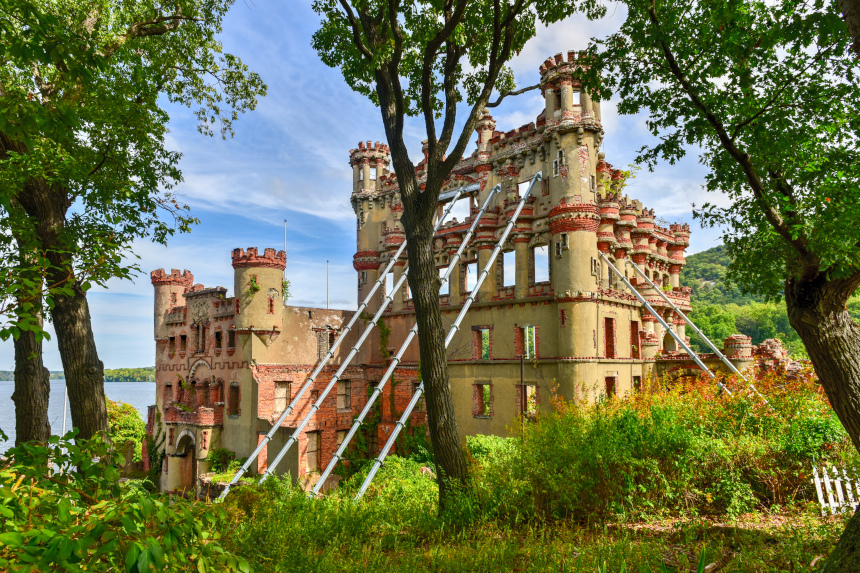 Ruinas de un antiguo castillo sostenidas por estructuras de metal en la isla neoyorquina de Pollepel