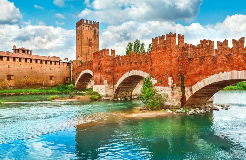 Castelvecchio, el castillo de Verona, frente al río y un puente de piedra.