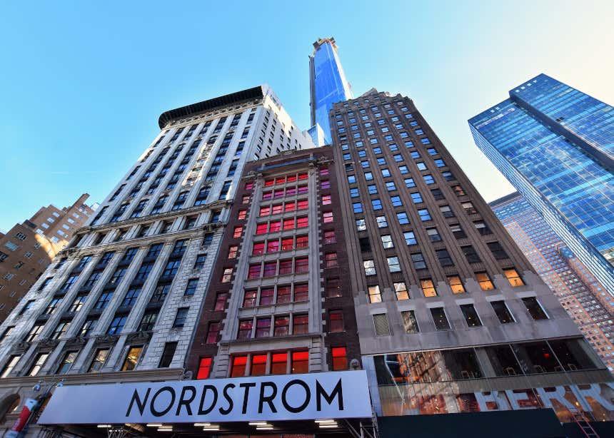 Blocos de edifícios com a Central Park Tower atrás