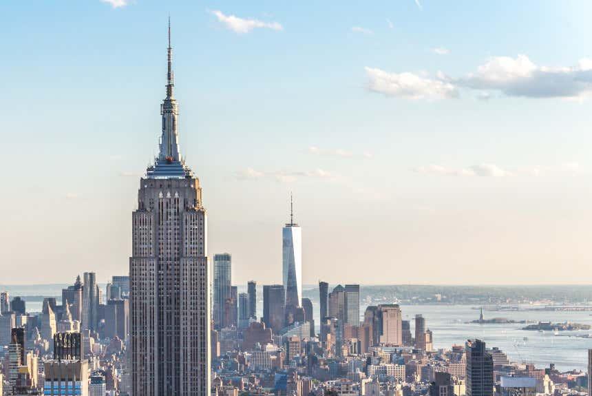 Arranha-céus de Nova York com o Empire State Building em primeiro plano