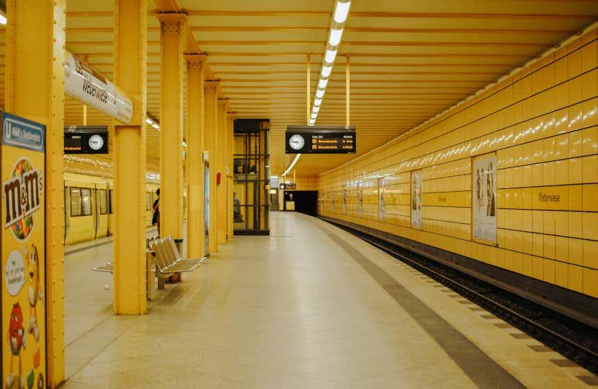 À l'intérieur de la station de métro de Berlin, avec ses célèbres carreaux jaunes.