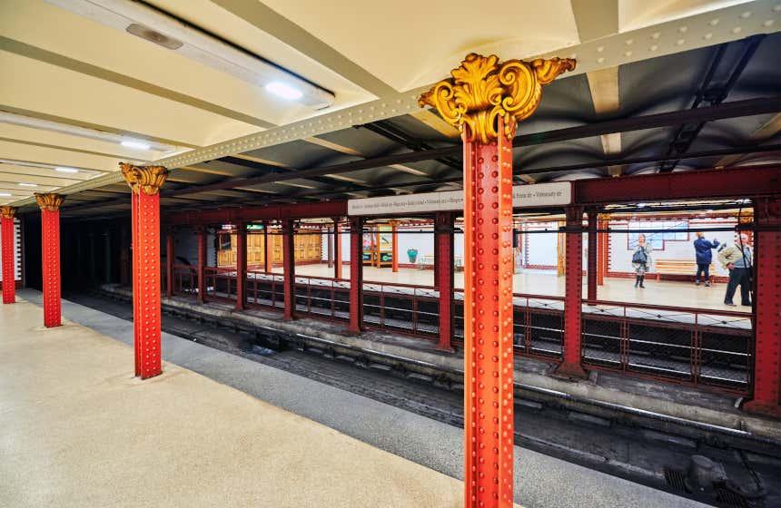 Columnas señoriales de hierro en una estación del metro de Budapest.