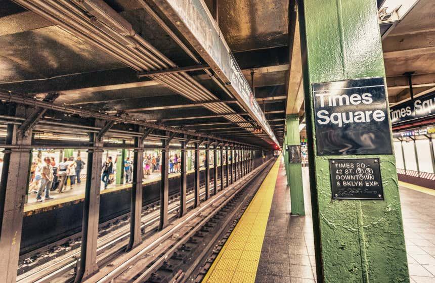 Quai de la station de métro de Times Square à New York : l'un des métros les plus vieux au monde.