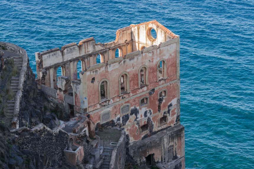 Un edificio en ruinas asoma al borde de un acantilado en Los Realejos, Tenerife