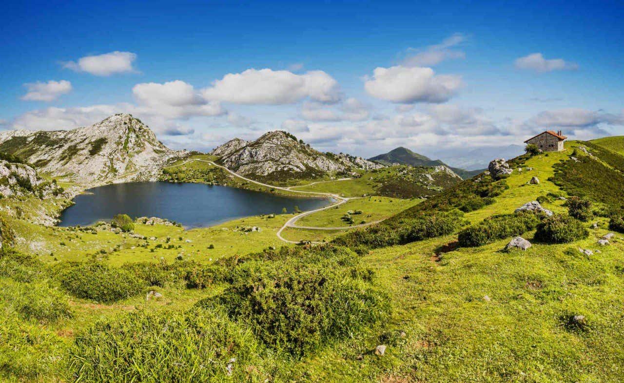 Vista panorámica de uno de los lagos de Covadonga, en Asturias