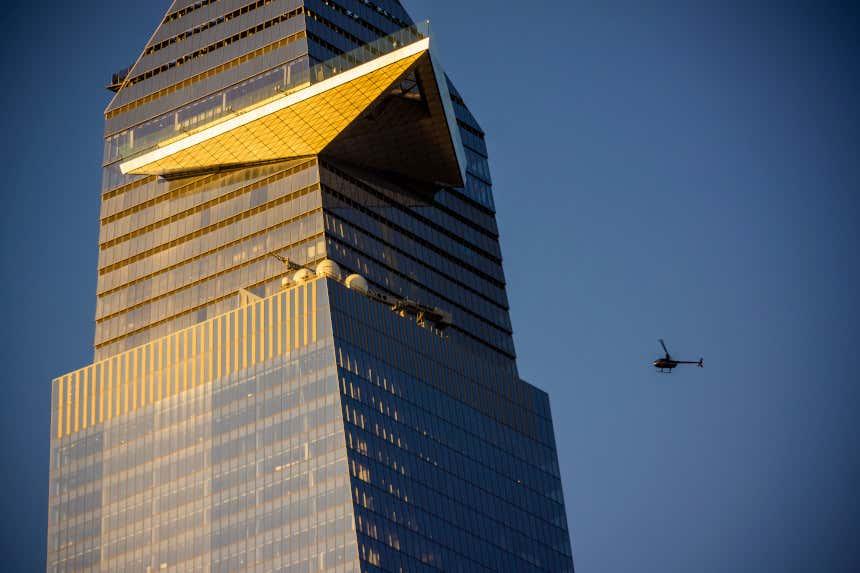 Arranha-céu 30 Hudson Yards com um helicóptero voando perto