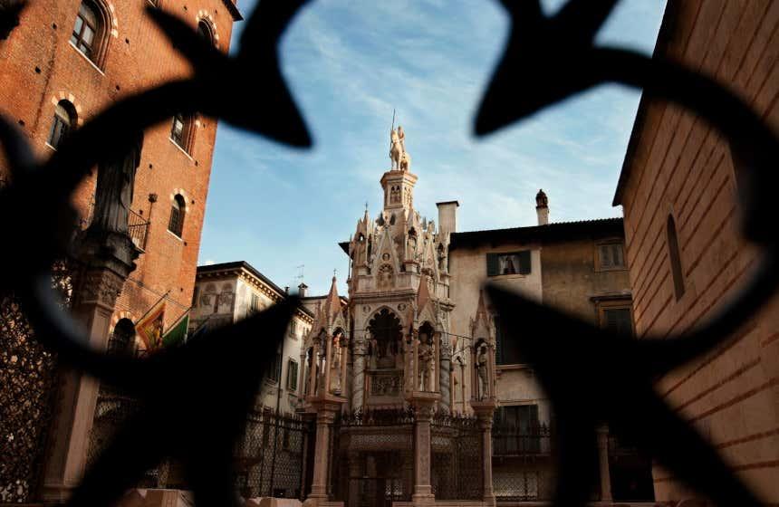 Vista de la iglesia de Santa María Antica, en Verona, a través de unas verjas.
