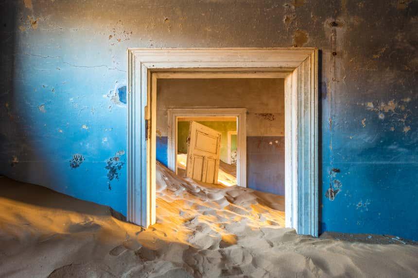 Un bâtiment envahi par le sable à Kolmanskop en Namibie