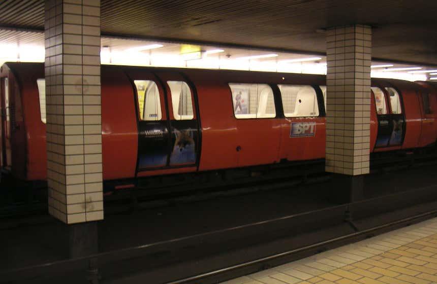Wagon rouge du métro circulaire de Glasglow.