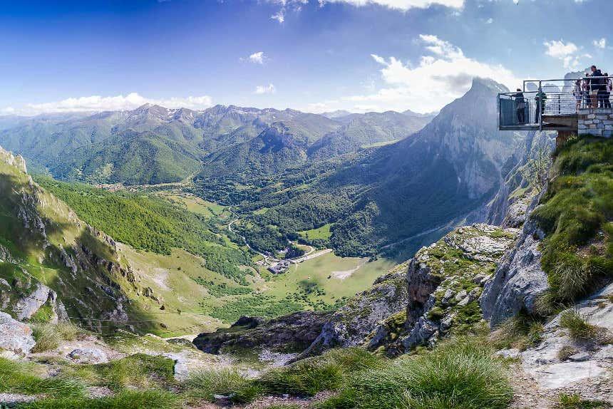 Vista de los Picos de Europa y turistas en el mirador del Cable en la estación del teleférico Fuente Dé, Cantabria.