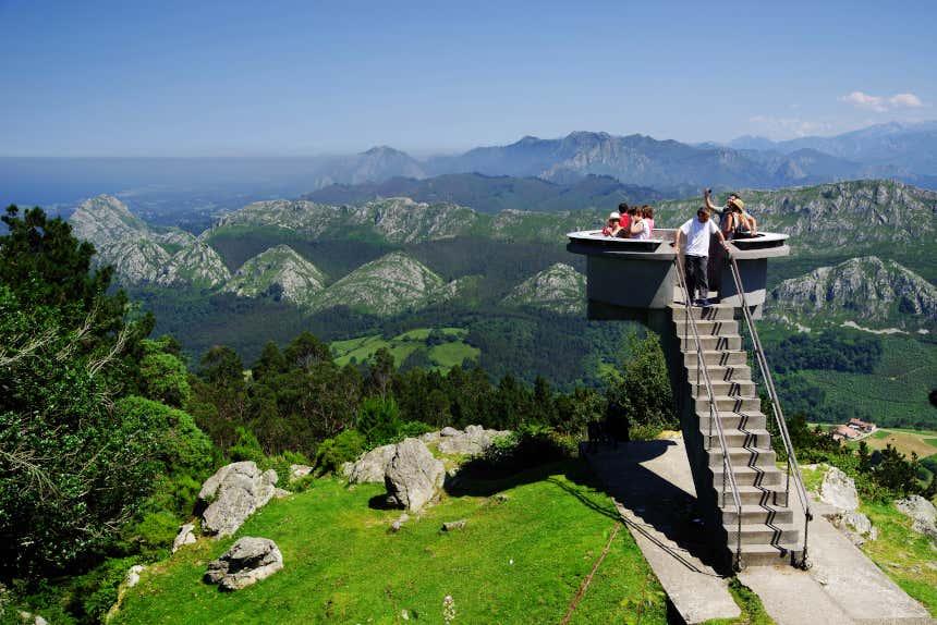 Turistas observando los Picos de Europa desde el Mirador del Fitu en Asturias.