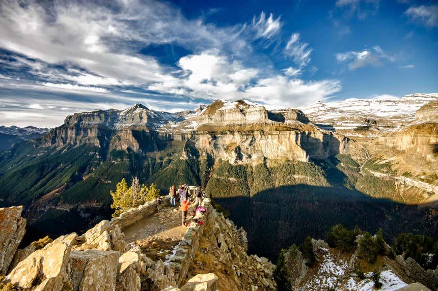 Grupo de personas en un mirador en el Parque Nacional de Ordesa y Monte Perdido.