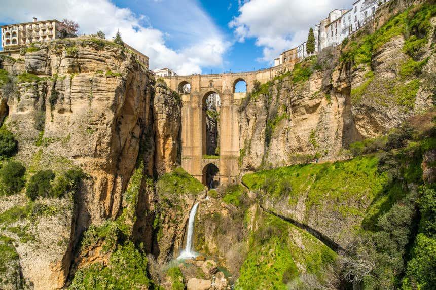 Vista del Puente Nuevo desde el paseo panorámico en Ronda, Málaga.