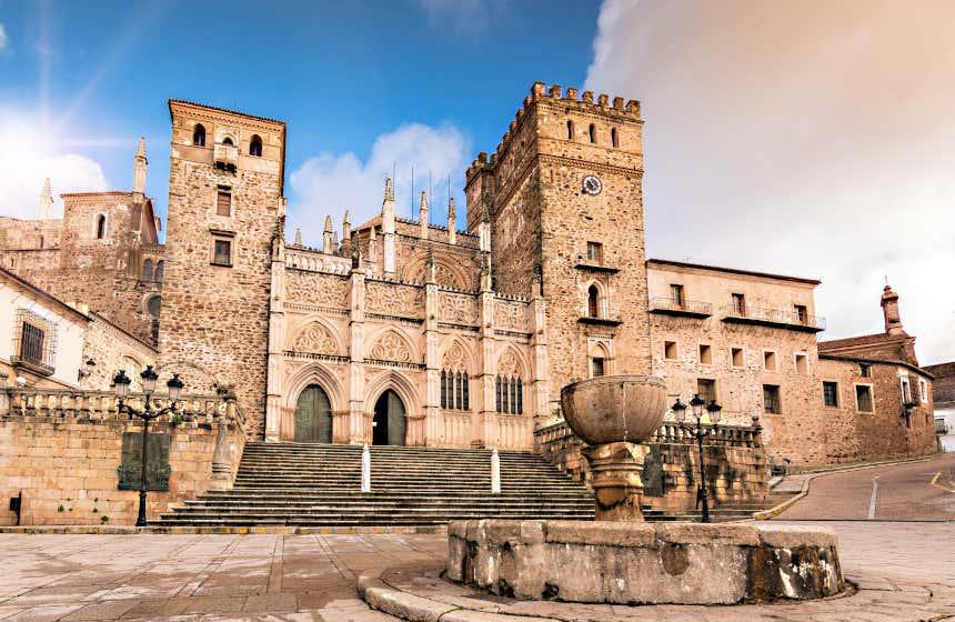 Conjunto arquitectónico del Real Monasterio de Santa María de Guadalupe. El municipio catalogado como uno de los más bonitos de Extremadura.