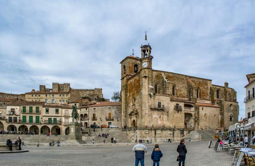 Plaza Mayor de Trujillo con sus casas señoriales y la iglesia de San Martín.