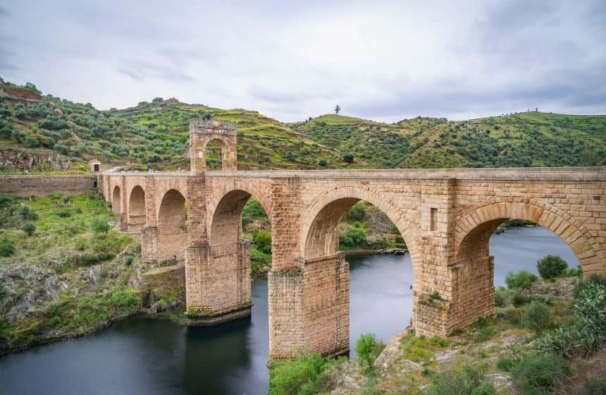Puente romano de la época de Trajano. Alcántara, uno de los pueblos más bonitos de Extremadura.