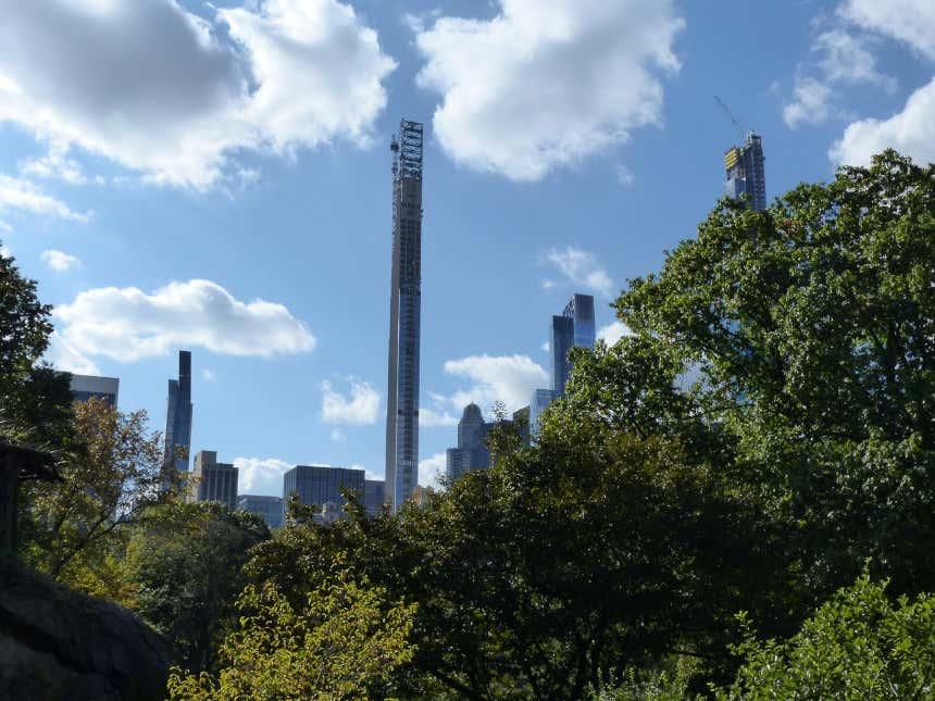 Steinway Tower em construção atrás de um parque em Nova York