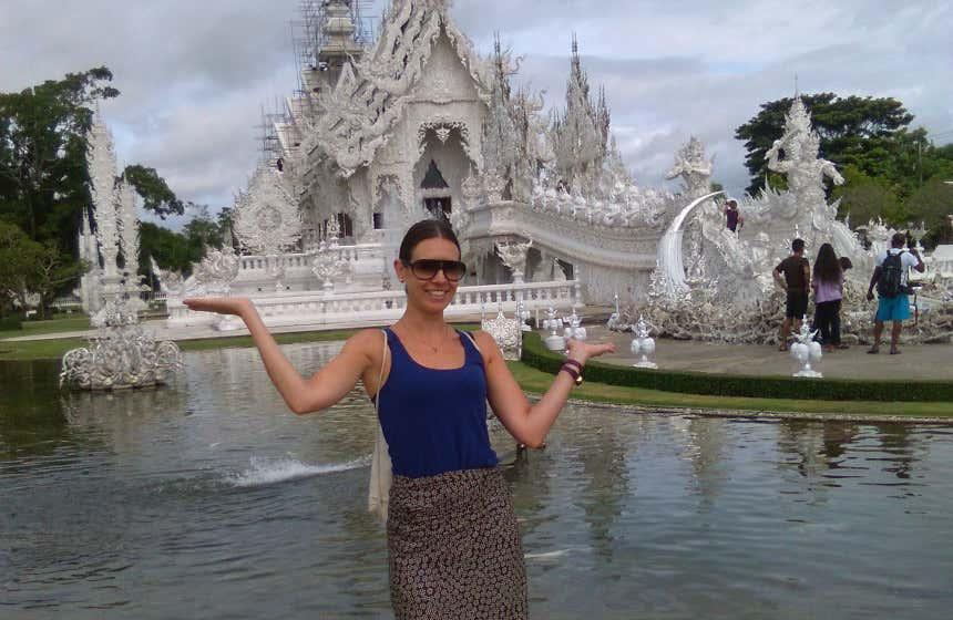 Isabel López posando delante del célebre Templo Blanco de Chiang Mai, en Tailandia.