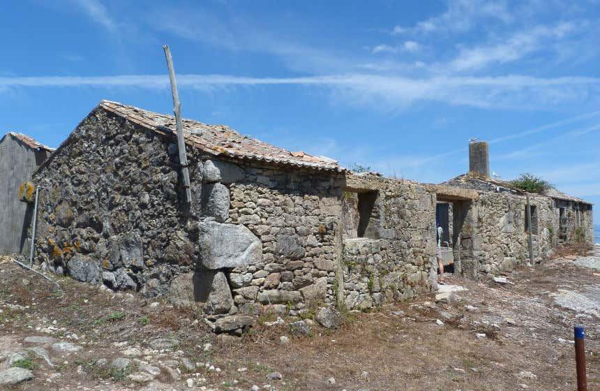Antigua aldea de casas de piedra en la isla de Sálvora.