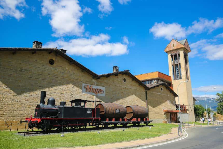 Fachada de las Bodegas Muga con reproducción de un tren