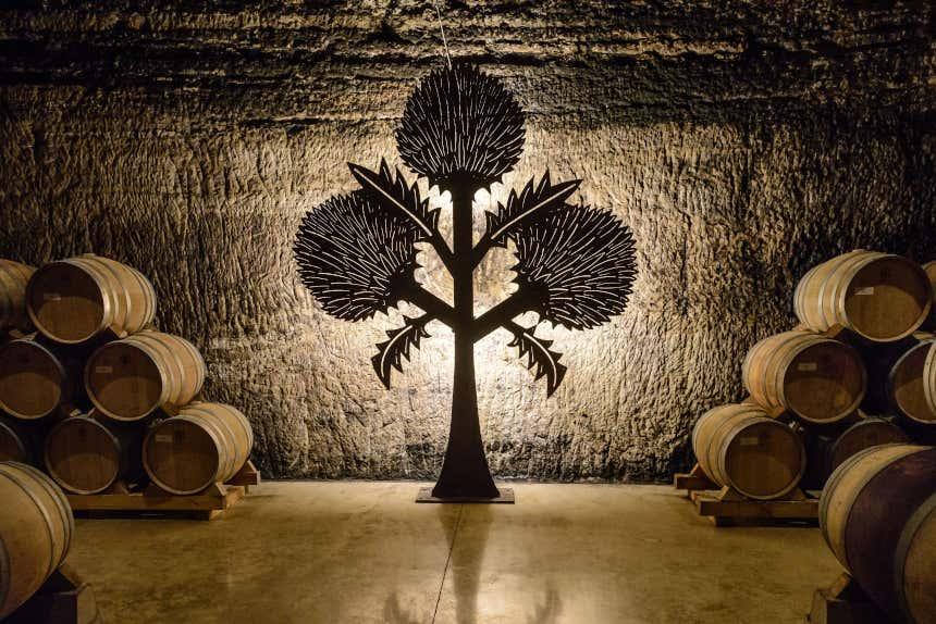 Interior y emblema de las bodegas Roda.