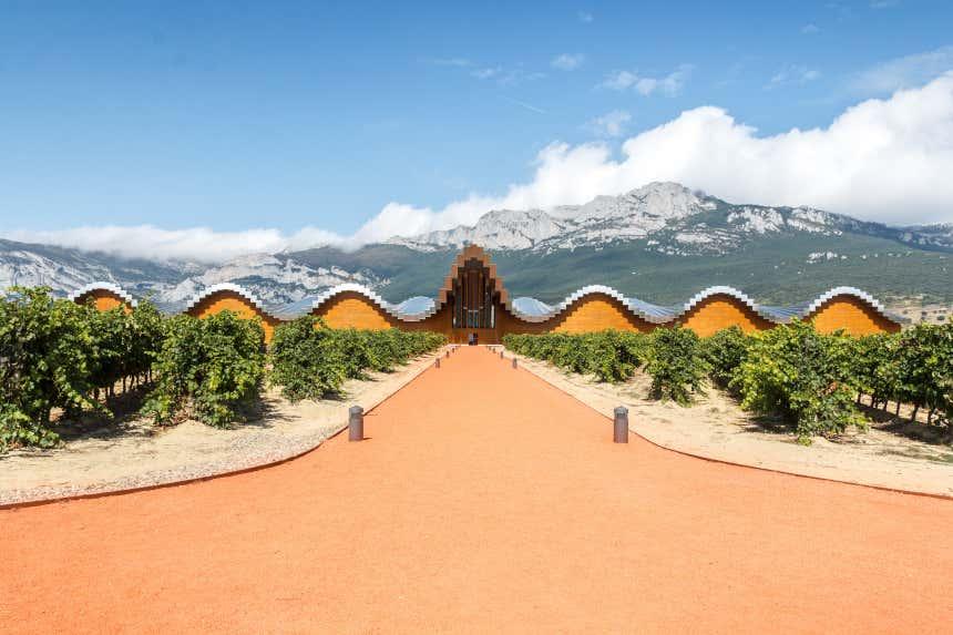 Fachada de las bodegas Ysios y viñedos