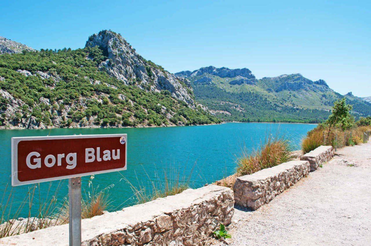 Cartel junto al embalse de Gorg Blau, en la isla de Mallorca