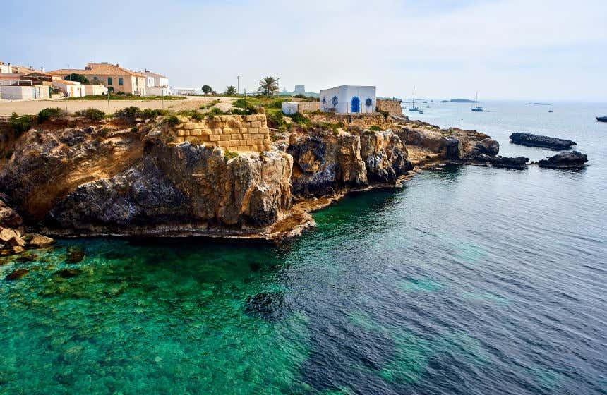 Costa abrupta y aguas cristalinas de color verdoso en Tabarca, una de las islas más pequeñas de la Comunidad Valenciana.
