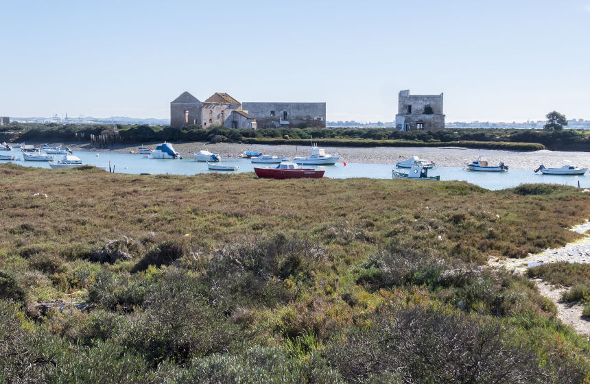 Barcos y casas en la isla del Trocadero, uno de los rincones más curiosos de la provincia de Cádiz.