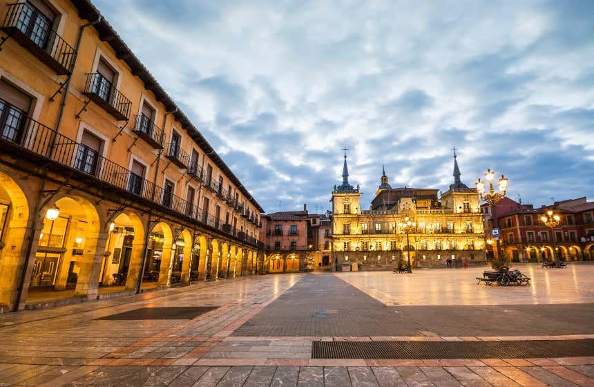 Luces tenues de la plaza de León al atardecer.