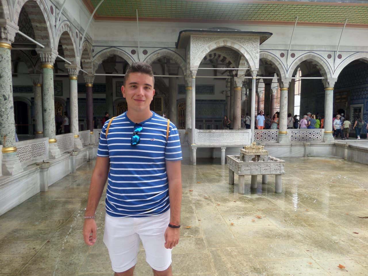 Óscar Fernández en una mezquita de Estambul.