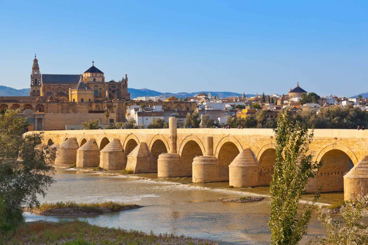 Panorámica de Córdoba, con el Puente Romano en primer plano y la Mezquita-catedral al fondo.