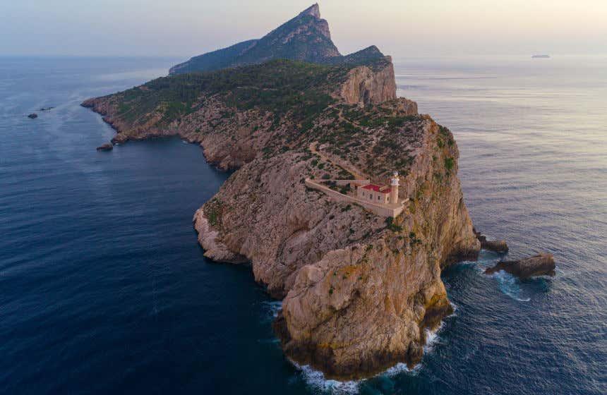 Vista de la isla Dragonera con sus altos acantilados y su faro en primer plano.