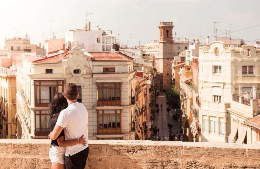 Una pareja contemplando la parte antigua de Valencia desde un mirador.