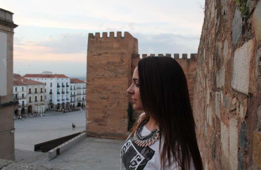 Chica paseando por la parte antigua de Cáceres.