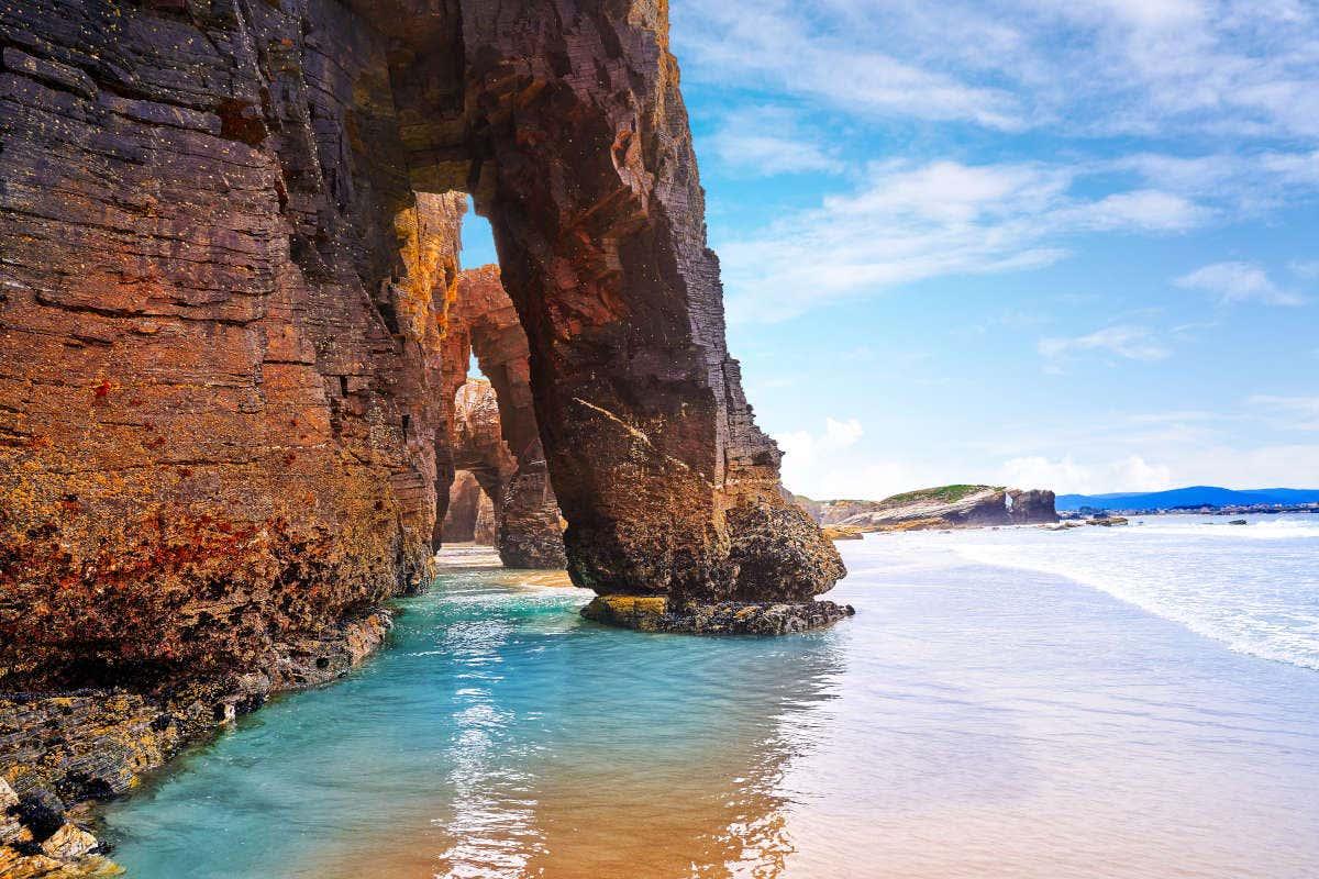Arcos de pizarra de la playa de las Catedrales con la marea baja