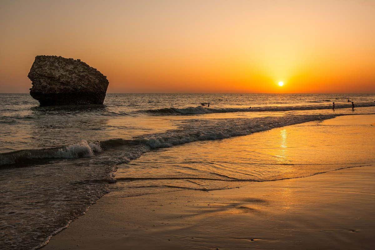 Puesta de sol en la playa de Matalascañas y la Torre de la Higuera
