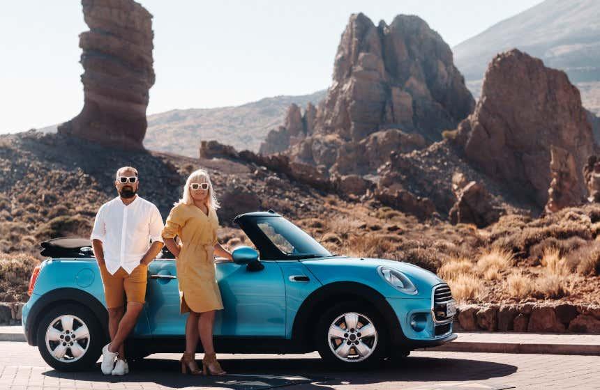 Pareja disfrutando de la belleza de Tenerife en coche.
