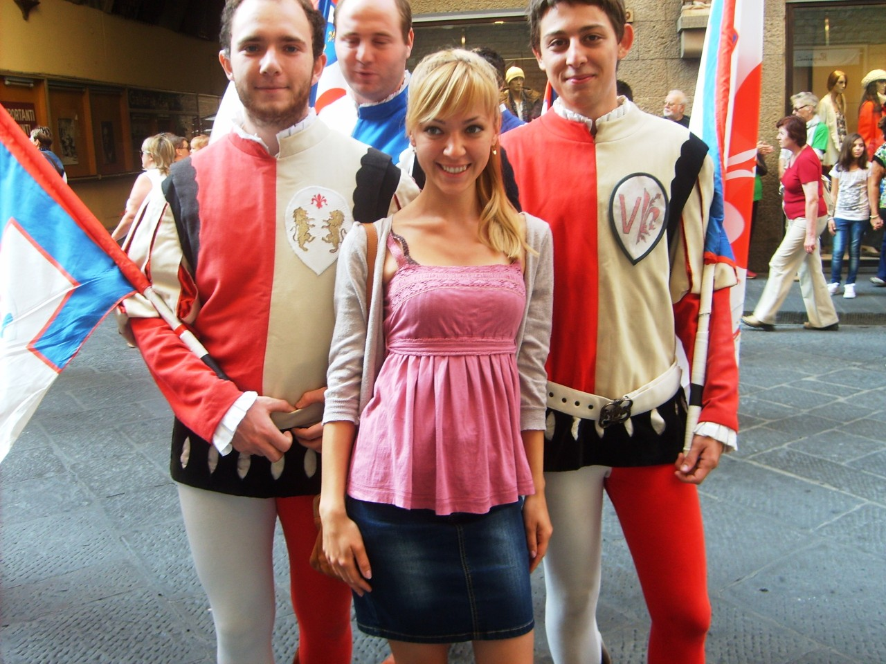 Anna Bondareva con los sbandieratori, los Abanderados Ciudad de Florencia que visten unos trajes medievales de colores rojos y blancos.