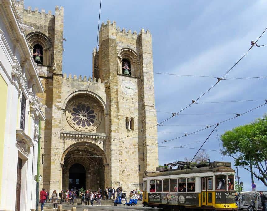 Bonde passando diante da Sé Catedral de Lisboa