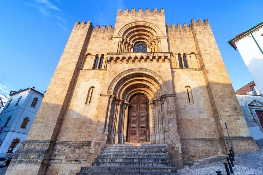 Fachada da Sé Velha de Coimbra, única de estilo românico no país