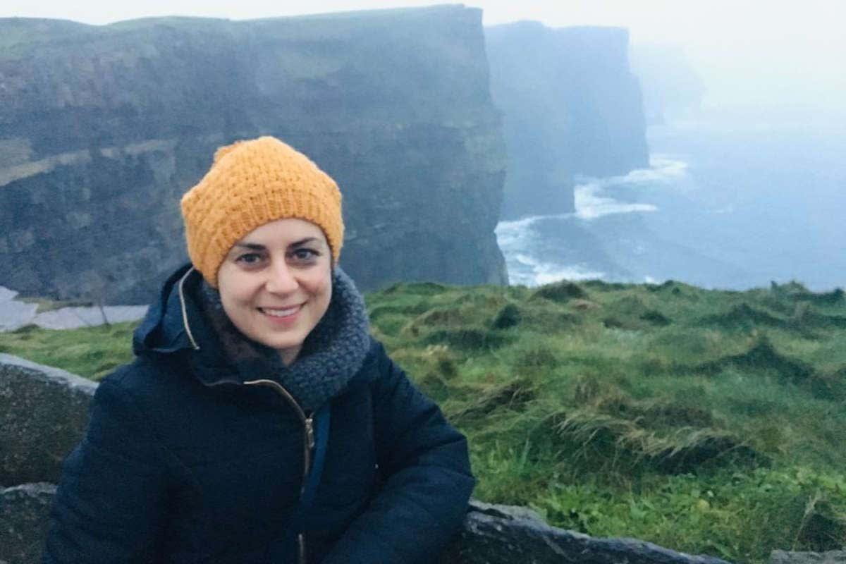 Marlene en un día nublado en los Acantilados de Moher en Irlanda