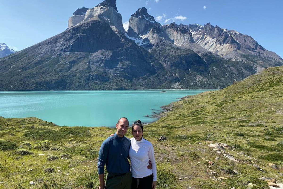 Posando en el Parque Nacional Torres del Paine en Chile junto a su marido
