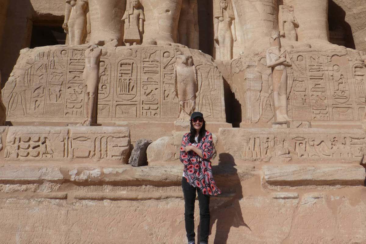 Posando en un día soleado a los pies de Abu Simbel