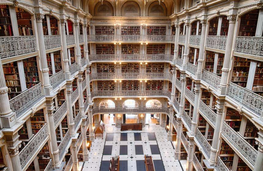 La George Peabody di Baltimora si distingue per i suoi sei piani con balconi pieni di librerie e libri.
