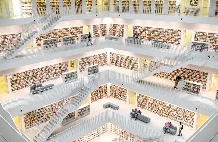 La Biblioteca civica di Stoccarda, caratterizzata dai suoi colori bianchi e dai suoi più di cinque piani distribuiti attorno ad un grande asse quadrato centrale.