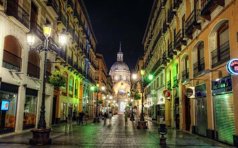 Vista de la calle Alfonso I con la catedral de fondo en Zaragoza, sin duda una de las calles más bonitas de España