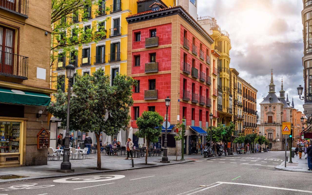 Vista de los edificios de colores de la Calle Mayor de Madrid, una de las calles más bonitas de España