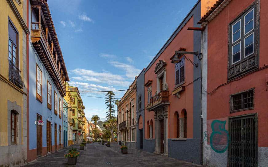 Vistas de los edificios de colores de estilo colonial de la Calle San Agustín, una de las calles más bonitas de España