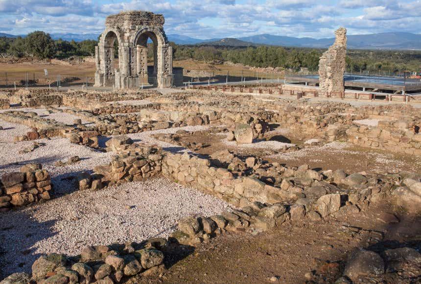Arco de Cáparra y restos de una ciudad romana en Cáceres